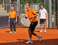 Austria, Kitzbuhel, Juli 14, 2015, Tennis, Davis Cup, Training Dutch team, Thiemo de Bakker with in the background captain Jan Siemerink (R) and coach Martin Bohm<br /> Photo: Tennisimages/Henk Koster