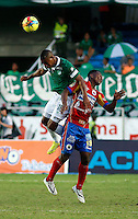 CALI -COLOMBIA-03-08-2014. Frank Yusty Fabra (Izq) jugador del Deportivo Cali disputa un balón con Mauricio Mina (Der) jugador del Deportivo Pasto durante partido por la fecha 3 de la Liga Postobón II 2014 jugado en el estadio Pascual Guerrero de la ciudad de Cali./  Frank Yusty Fabra (L) player of Deportivo Cali fights the ball with Mauricio Mina (R) player of Deportivo Pasto during match for the 3th date of Postobon League II 2014 played at Pascual Guerrero stadium in Cali city Photo: VizzorImage/Juan C. Quintero/STR