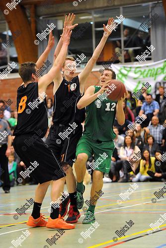 2014-03-29 / Basketbal / seizoen 2013-2014 / Ekeren - Oxaco / De Meyer (Oxaco) stuit op Van Herzeele (l.) en De Cock.<br /><br />Foto: mpics.be