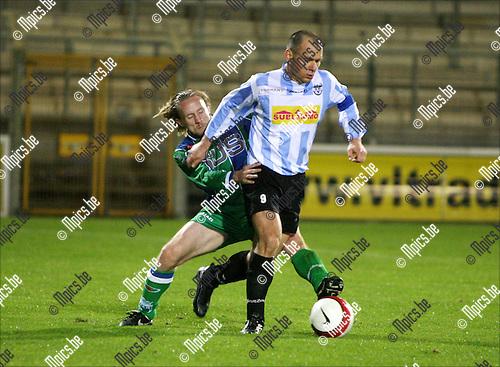 2008-10-04 / Voetbal / Verbroedering Geel-Meerhout - KSK Hasselt / Duel tussen Mirek Waligora van Verbroedering Geel-Meerhout en Kris Vincken van Hasselt..Foto: Maarten Straetemans (SMB)