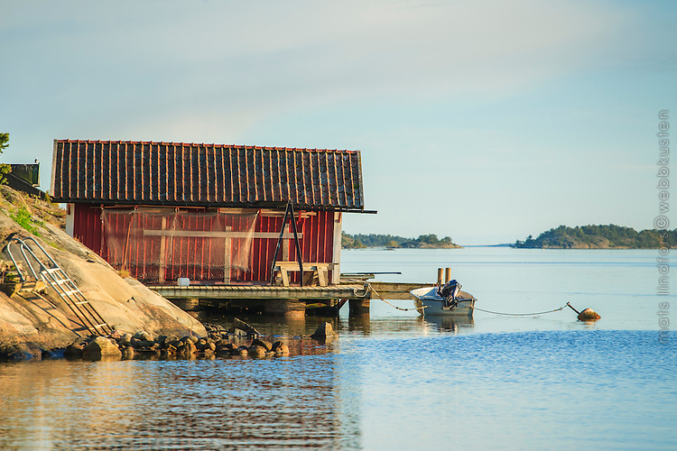 Båthus och brygga vid klippa på Dalarö i Stockholms skärgård
