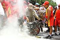 BELÉM, PA, 11.10.2014 -ACIDEMTE/ CÍRIO MOTOROMARIA / CÍRIO 2014 / BELÉM -  Motocicleta pega fogo na Av. Boulevard Castilho França, durante a procissão da motoromaria logo após a chegada da da imagem de Nossa Senhora de Nazaré durante a chegada à escadinha do Ver-o-Peso (Praça Pedro Teixeira) na manhã deste sábado(11), onde é recebida com honras de Chefe de Estado, pela Polícia Militar, em Belém. Não houber feridos. (Foto: Paulo Lisboa / Brazil Photo Press)