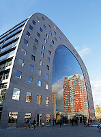 Rotterdam- De Markthal te Rotterdam is een woon- en winkelgebouw met inpandige markthal, gesitueerd bij Blaak. De opening vond plaats op 1 oktober 2014
