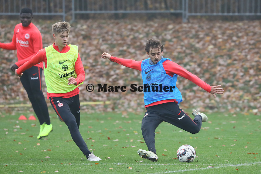 Chico Geraldes (Eintracht Frankfurt) gegen Noel Knothe (Eintracht Frankfurt) - 14.11.2018: Eintracht Frankfurt Training, Commerzbank Arena, DISCLAIMER: DFL regulations prohibit any use of photographs as image sequences and/or quasi-video.