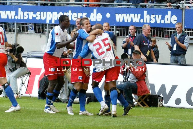 BL 05 / 06- 01 Spieltag - Hinrunde<br /> <br /> Hamburger SV - 1.FC Nuernberg (NŁrnberg)<br /> <br /> Emile Mpenza schiesst das 1-0 fuer Hamburg vorbei an dem Nuernberger Raphael Schaefer (Sch&scaron;fer) und jubelt mit der Mannschaft.<br /> <br /> Foto &copy; nordphoto <br /> <br /> <br /> <br />  *** Local Caption *** Foto ist honorarpflichtig! zzgl. gesetzl. MwSt.<br /> <br />  Belegexemplar erforderlich