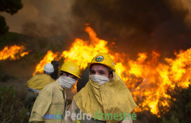 Firefighters work to put out a wildfire in Tabuyo del Monte near Leon on August 20, 2012. Numerous wildfires have broken out across Spain in the sweltering heat in recent weeks, an extra headache for authorities struggling to get the country out of its financial crisis and recession. © Pedro ARMESTRE