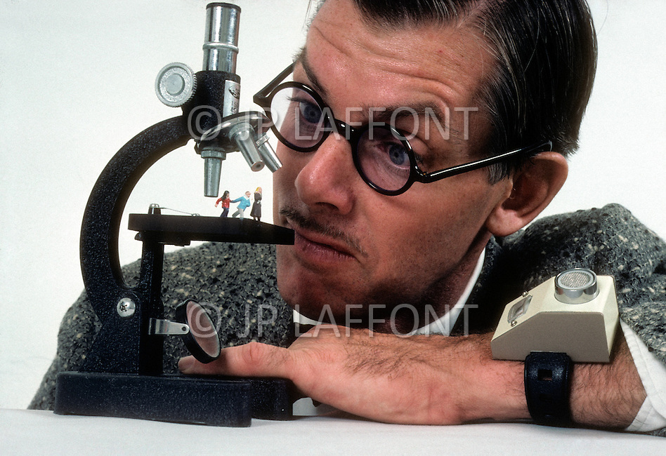 Hollywood, Los Angeles, California. November 1982. The artist-inventor Philip Garner devises the most incredible and stunning objects. Philip Garner is watching the world which seems very small to him. On his wrist his machine to count time.