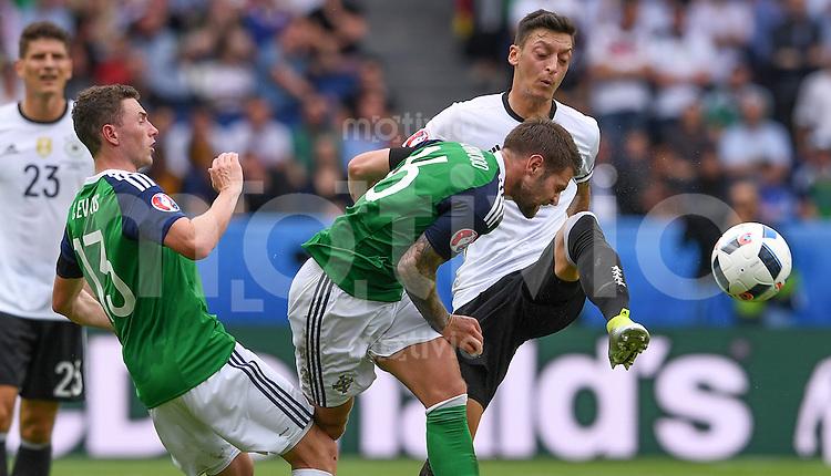 FUSSBALL EURO 2016 GRUPPE C IN PARIS Nordirland - Deutschland     21.06.2016 Corry Evans (li) und Oliver Norwood (Mitte, beide Nordirland) gegen Mesut Oezil (re, Deutschland)