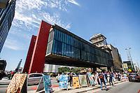 ATENCAO EDITOR FOTO EMBARGADA PARA VEICULO INTERNACIONAL - SAO PAULO, SP, 29 DE SETEMBRO 2012 - CAVALETE PARADE - AVENIDA PAULISTA - Exposicao de cavaletes personalizados sao vistos no canteiro central da Avenida Paulista neste sábado, 29. O Cavalete Parede aproveita cavaletes colocados irregularmente pela cidade, com a intenção de chamar atenção dos candidatos que nao respeito os horarios e locais adequados. FOTO: WILLIAM VOLCOV - BRAZIL PHOTO PRESS