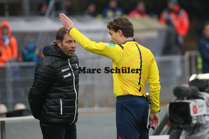 Trainer Frank Kramer (Fuerth) beschwert sich ueber das aberkannte Tor bei Schiedsrichter Guido Winkmann - SV Darmstadt 98 vs. SpVgg. Greuther Fuerth, Stadion am Boellenfalltor