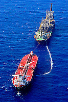 Plataforma de petroleo e navio petroleiro. Bacia de Campos. Rio de Janeiro. 2005. Foto de Ricardo Funari.