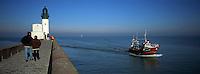 Europe/France/Normandie/Haute-Normandie/76/Seine-Maritime/Le Tréport: le Phare et la jetée - Chalutier de retour de marée