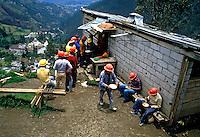 Trabalhadores da construção civil em Quito. Equador. 1987. Foto de Juca Martins.
