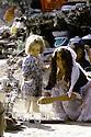 Irak 1985.Dans les zones libérées, région de Lolan, femme préparant le thé et sa petite fille.Iraq 1985.In liberated areas, Lolan district, a woman fixing tae and her little girl