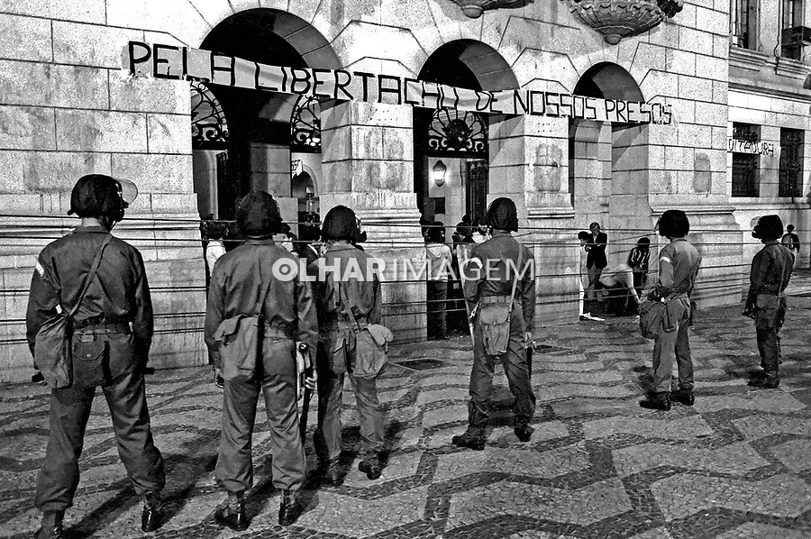 Repressão ao movimento pela anistia. Largo São Francisco. SP. 1978. Foto de Juca Martins.