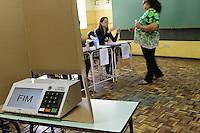 ATENÇÃO EDITOR: FOTO EMBARGADA PARA VEÍCULOS INTERNACIONAIS CURITIBA, PR, 07 DE OUTUBRO DE 2012 – ELEIÇÃO – A novidade na eleição curitibana foi a utilização da urna biométrica. A capital paranaense é a primeira do Estado a utilizar o sistema. (FOTO: ROBERTO DZIURA JR./ BRAZIL PHOTO PRESS)