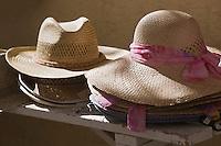 Europe/France/Provence-Alpes-Côte d'Azur/83/Var/La Cadière d'Azur: détail chapeaux de paille à l'étal d'une boutique