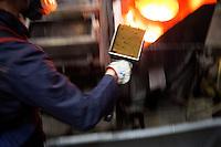 Arezzo: un operaio fonde la polvere di oro per ricavarne lingotti all'interno dello stabilimento Chimet. L'azienda recupera metalli preziosi (oro, platino, palladio, iridio, argento) da materiali di scarto come catalizzatori di marmitte, batterie, contatti elettrici di cellulari, computer o materiali di scarto industriale.<br /> <br /> Arezzo: The Chimet company recovers precious metals (gold, platinum, palladium, iridium, silver) from waste materials such as catalysts, mufflers, batteries, electrical contacts to phones, computers or industrial waste materials.
