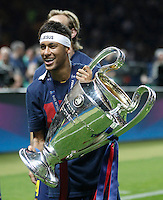 Calcio, finale di Champions League Juventus vs Barcellona all'Olympiastadion di Berlino, 6 giugno 2015.<br /> FC Barcelona's Neymar holds the trophy at the end of the Champions League football final between Juventus Turin and FC Barcelona, at Berlin's Olympiastadion, 6 June 2015. Barcelona won 3-1.<br /> UPDATE IMAGES PRESS/Isabella Bonotto