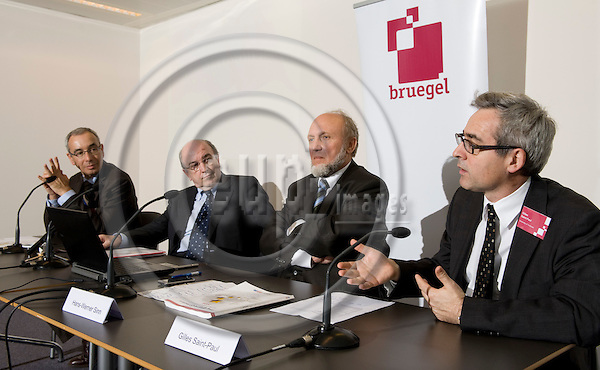 Brussels-Belgium - 25 February 2009 -- Press conference / launch of the 2009 EEAG Report on the European Economy, at Bruegel; by Jean PISANI-FERRY (le), Director of Bruegel; Joaquín (Joaquin) ALMUNIA (2.le), European Commissioner for Economic and Monetary Affairs; Prof. Hans-Werner SINN (2.ri), President of the Ifo Institute for Economic Research and Director of CESifo, Professor of Economics - University of Munich; Prof. Gilles SANT-PAUL (ri), Chairman of EEAG (European Economic Advisory Group) and Professor of Economics - University of Toulouse -- Photo: Horst Wagner / eup-images
