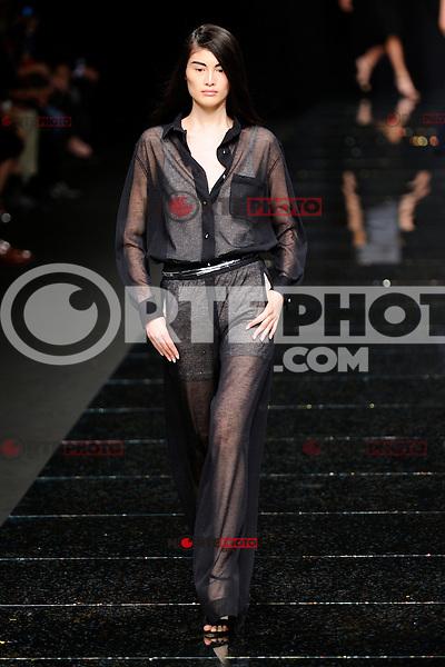 MILAN, ITALY - SEPTEMBER 20: A model walks the runway at the Anteprima Spring/Summer 2013 fashion show during Milan Fashion Week on September 20, 2012 in Milan, Italy © Flavio Lo Scalzo/AGF/MediaPunch Inc. ***NO ITALY*** /NORTEPHOTO.<br /> <br /> *SOLO*VENTA*EN*MEXICO*