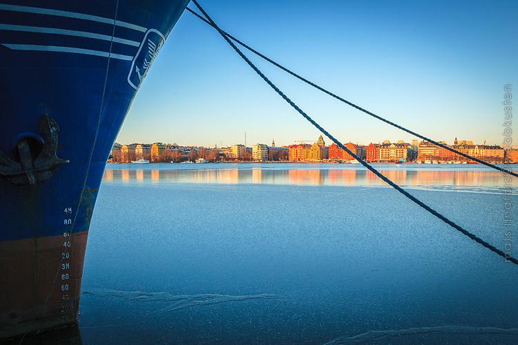 Is på Riddarfjärden och Norr Mälarstrand speglas i isen Stockholm