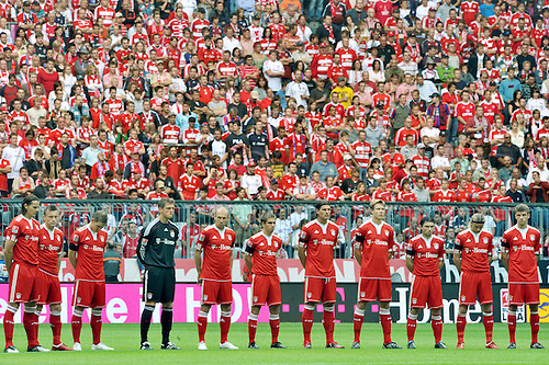 Bundesliga, Matchday 6. FC Bayern Munich vs FC Nuremberg 19th September 2009. in the Alliance Arena in Munich. Minute's silence. Photo by Peter Kneffel/ActionPlus . UK Licenses Only.