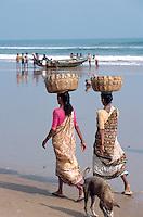 Indien, Orissa, Puri, Fischer am Strand