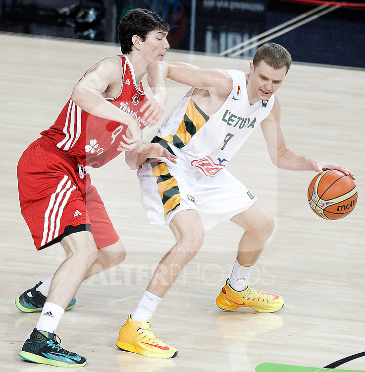 Lithuania's Renaldas Seibutis (r) and Turkey's Cedi Osman during 2014 FIBA Basketball World Cup Quarter-Finals match.September 9,2014.(ALTERPHOTOS/Acero)
