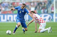 FUSSBALL  EUROPAMEISTERSCHAFT 2012   VORRUNDE Italien - Kroatien                    14.06.2012 Giorgio Chiellini (li, Italien) gegen Nikica Jelavic (re, Kroatien)