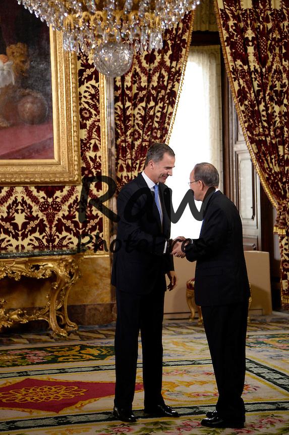 El Rey Don Felipe ha recibido al Secretario General de las Naciones Unidas, Ban Ki-Moon, en el Palacio Real de Madrid.<br /> <br /> King Felipe VI has received General Secretary for the United Nations, Ban Ki-Moon, at Royal Palace in Madrid on October 29th, 2015.
