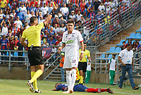 SANTA MARTA - COLOMBIA, 04-05-2019: Luis Trujillo, árbitro, muestra la tarjeta amarilla a Sebastian Guzman del Once durante el partido por la fecha 20 de la Liga Águila I 2019 entre Unión Magdalena y Once Caldas jugado en el estadio Sierra Nevada de la ciudad de Santa Marta. / Luis Trujillo, referee, shows the yellow card to Sebastian Guzman of Once during match for the date 20 as part Aguila League I 2019 between Union Magdalena and Once Caldas played at Sierra Nevada stadium in Santa Marta city. Photo: VizzorImage / Gustavo Pacheco / Cont