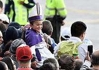 BOGOTÁ - COLOMBIA, 06-09-2017:  Habitantes de Bogotá esperan la llegada del Papa por las calles de la ciudad. El Papa Francisco realiza la visita apostólica a Colombia entre el 6 y el 11 de septiembre de 2017 llevando su mensaje de paz y reconciliación por 4 ciudades: Bogotá, Villavicencio, Medellín y Cartagena. / Bogota's people await for the Pope by the streets of the city. Pope Francisco makes the apostolic visit to Colombia between September 6 and 11, 2017, bringing his message of peace and reconciliation to 4 cities: Bogota, Villavicencio, Medellin and Cartagena Photo: VizzorImage / Gabriel Aponte / Staff