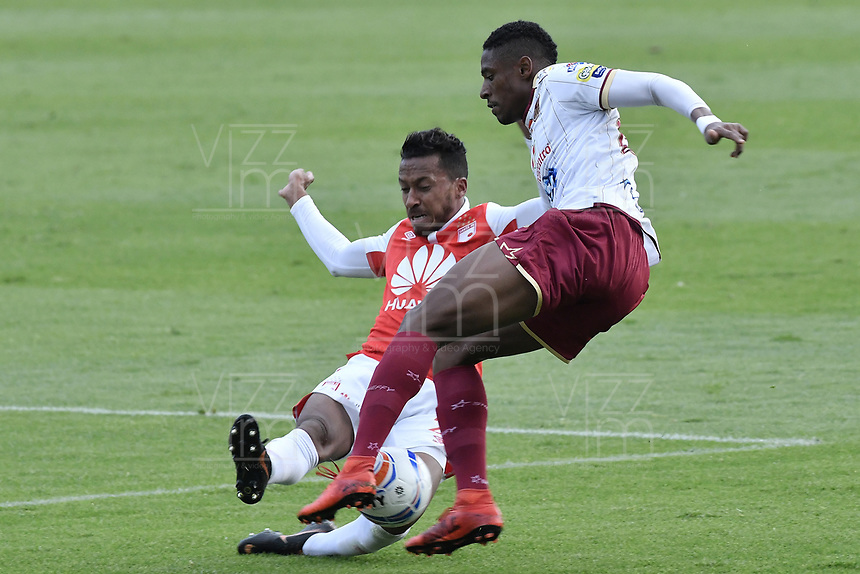 BOGOTÁ - COLOMBIA, 03-11-2018: Victor Giraldo (Izq.) jugador de Santa Fe disputa el balón con Omar Albornoz (Der.) jugador del Tolima durante el encuentro entre Independiente Santa Fe y Deportes Tolima por la fecha 18 de la Liga Águila II 2018 jugado en el estadio Nemesio Camacho El Campin de la ciudad de Bogotá. / Victor Giraldo (L) player of Santa Fe struggles for the ball with Omar Albornoz (R) player of Tolima during match between Independiente Santa Fe and Deportes Tolima for the date 18 of the Aguila League II 2018 played at the Nemesio Camacho El Campin Stadium in Bogota city. Photo: VizzorImage / Gabriel Aponte / Staff