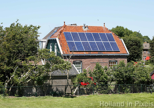 Nederland  Stavoren- 2017. Oud huisje met zonnepanelen.   Foto Berlinda van Dam / Hollandse Hoogte