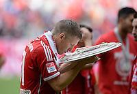 Fussball 1. Bundesliga   Saison  2012/2013   34. Spieltag   FC Bayern Muenchen  - FC Augsburg     11.05.2013 JUBEL; Deutscher Meister 2012/2013; FC Bayern Muenchen Bastian Schweinsteiger kuesst die Schale