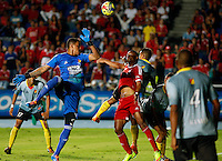 CALI -COLOMBIA-10-11-2014. Carlos Peralta (Der.) del América de Cali  disputa el balón con Victor Soto (Izq.) de Deportivo Pereira durante partido por la fecha 2 de los cuadrangulares finales del Torneo Postobón II 2014 jugado en el estadio Pacual Guerrero de la ciudad de Cali./ Carlos Peralta (R) of America de Cali fights for the ball with Victor Soto (L) goalkeeper of Deportivo Pereira during the match for the second date of final Quadrangular of Postobon Tournament II 2014 at Pascual Guerrero stadium in Cali city. Photo: VizzorImage/Juan C. Quintero/STR