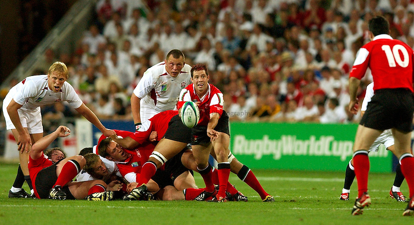 Photo: Richard Lane..England v Wales.  Quarter-Final 2, at the Suncorp Stadium, Brisbane. RWC 2003. 09/11/2003..Gareth Cooper gets the ball back to Stephen Jones.