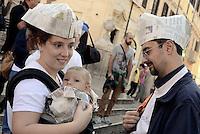 Roma, 3 Ottobre 2015<br /> Una famiglia.<br /> Mamme allattano al seno in un flash mob a Piazza di Spagna durante la settimana mondiale per promuovere e difendere l'allattamento al seno.<br /> Allattamento e lavoro, con cappello da muratore.<br /> L'iniziativa &egrave; promossa da MAMI, Movimento Allattamento Materno Italiano<br /> Flash mob with breastfeeding collective to promote breastfeeding.