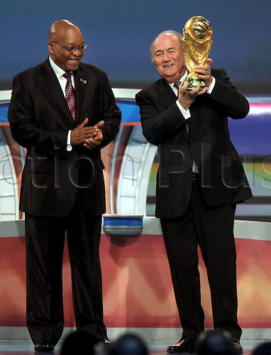 04 12 2009 Copyright Pictures Football FIFA World Cup 2010 Lots Cape Town  04 Dec 09 Football FIFA World Cup 2010 Group draw Picture shows President Jacob Zuma  and President Joseph Blatter FIFA with the World Cup CupPhoto: Imago Photodienst/Actionplus - UK Editorial Use