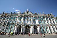 SAO PETERSBURGO, RUSSIA, 12.07.2018 - SAO PETERSBURGO-RUSSIA - Museu do Hermitage localizado às margens do rio Neva, em São Petersburgo, na Rússia. É um dos maiores museus de arte do mundo e sua vasta coleção possui itens de praticamente todas as épocas, estilos e culturas da história russa, européia, oriental e do norte da África, e está distribuída em dez prédios, situados ao longo do rio Neva, dos quais sete constituem por si mesmos monumentos artísticos e históricos de grande importância. Neste conjunto o papel principal cabe ao Palácio de Inverno, que foi a residência oficial dos Czares quase ininterruptamente desde sua construção até a queda da monarquia russa. (Foto: William Volcov/Brazil Photo Press)