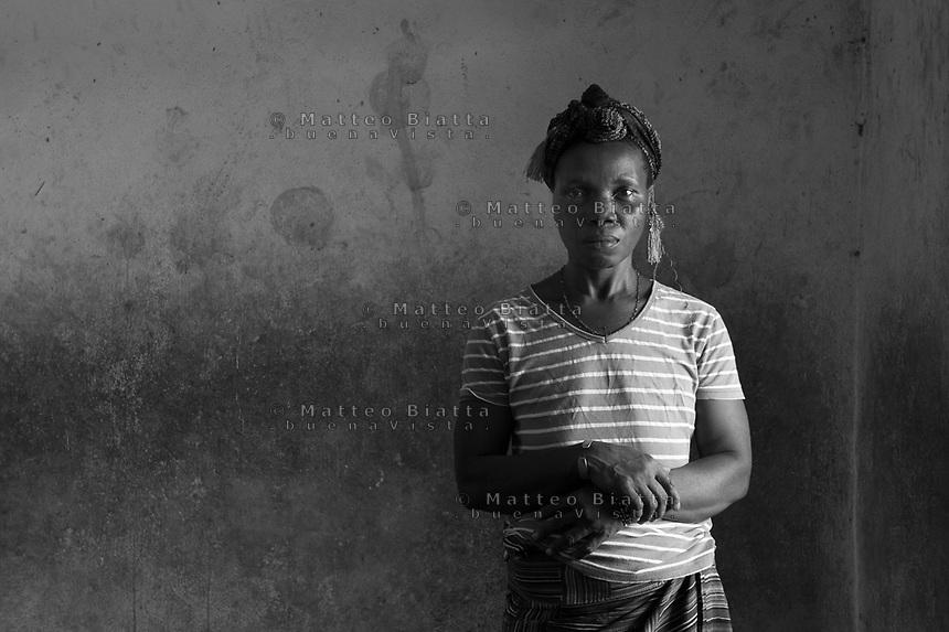 Sopravvissuti all'Ebola in Sierra Leone nella foto Memunatu Kargbo 40 anni ha sofferto d'Ebola un mese e ha perso cinque familiari people Villaggio Kontabana 29/03/2016 foto Matteo Biatta<br /> <br /> Ebola survivors in Sierra Leone in the picture Memunatu Kargbo 40 years old She had suffered of Ebola one month and she lost five relativies people Kontabana Village 29/03/2016 photo by Matteo Biatta