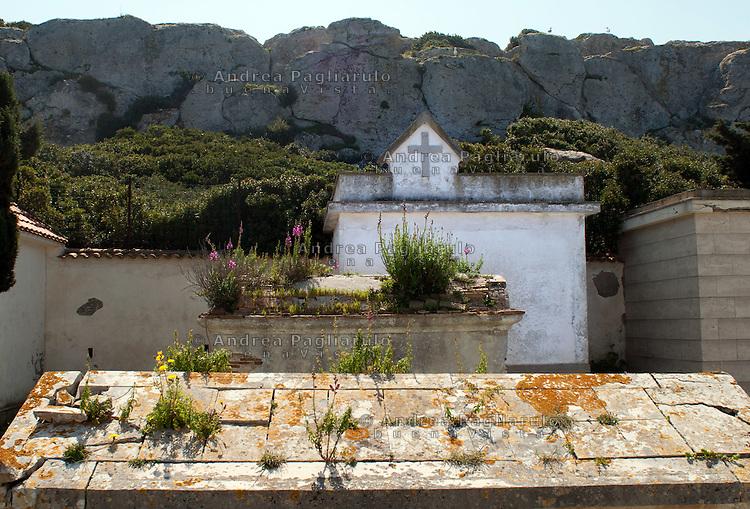 Italia, Isole Tremiti.<br /> Isola di San Nicola, il cimitero.<br /> Italy, Tremiti islands.<br /> San Nicola island cemetery.