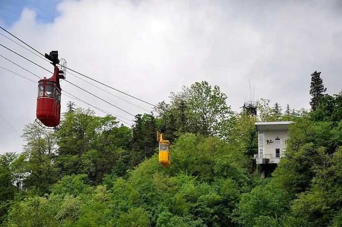 Seilbahn in Kutaissi. / Aerial passenger line in Kutaisi.