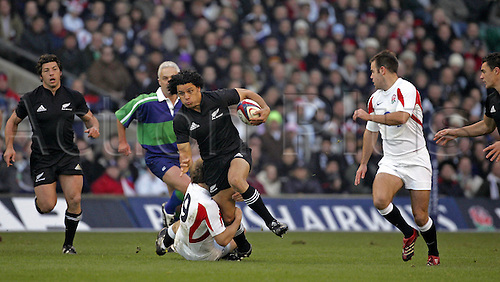 19 November 2005: New Zealand wing Doug Howlett runs with the ball during the Invesco Perpetual Series game between England and New Zealand played at Twickenham. New Zealand won the game 23-19 Photo: Steve Bardens/action plus...051119 all-blacks player man