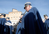 La banda della Gendarmeria Vaticana si esibisce in alta uniforme si esibisce prima della benedizione Urbi et Orbi di Papa Francesco in occasione del Natale, dalla loggia centrale della Basilica di San Pietro, Citta' del Vaticano, 25 dicembre 2015.<br /> Vatican Gendarmes band performs before the Pope Francis' Urbi et Orbi (To the City and to the World) blessing on the occasion of the Christmas day from the central loggia of St. Peter's Basilica, Vatican, 25 December 2015.<br /> UPDATE IMAGES PRESS/Isabella Bonotto<br /> <br /> STRICTLY ONLY FOR EDITORIAL USE