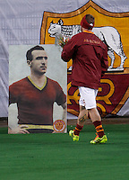 Calcio, Serie A: Roma vs Cagliari. Roma, stadio Olimpico, 25 novembre 2013.<br /> AS Roma midfielder Daniele De Rossi pays homage to past forward Amedeo Amadei prior to the start of the Italian Serie A football match AS Roma and Cagliari between AS Roma and Cagliari at Rome's Olympic stadium, 25 November 2013. Amadei passed away on 24 November at 92.<br /> UPDATE IMAGES PRESS/Isabella Bonotto