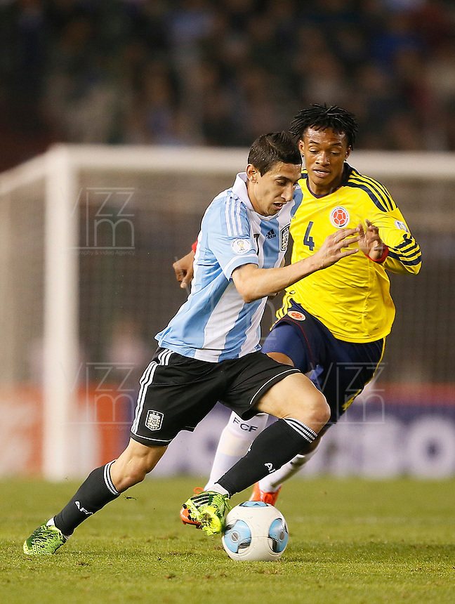 BUENOS AIRES - ARGENTINA - 07-06-2013: Angel Di Maria (Izq.) jugador de Argentina disputa el balón con Juan Cuadrado (Der.) de Colombia, durante partido en estadio Monumental Antonio Vespucio Liberti, Buenos Aires Argentina, junio 7 de 2013. Argentina y Colombia disputan partido por la clasificación a la Copa Mundo FIFA Brasil 2014 (Foto: Photogamma / Javier Garcia Martino/ Vizzorimage). Javier Mascherano (L) Argentina player fights for the ball with con Juan Cuadrado (R) of Colombia, during game at Antonio Vespucio Liberti Monumental Stadium, Buenos Aires, Argentina, June 7, 2013. Argentina and Colombia dispute the qualifier match for the 2014 FIFA World Cup Brazil. (Photo: Photogamma / Javier Garcia Martino/ Vizzorimage)