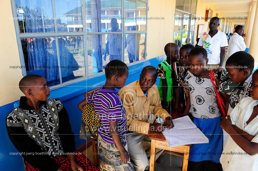 TANZANIA Mara, Tarime, village Masanga, region of the Kuria tribe who practise FGM Female Genital Mutilation, temporary rescue camp of the Diocese Musoma for girls which escaped from their villages to prevent FGM / TANSANIA Mara, Tarime, Dorf Masanga, in der Region lebt der Kuria Tribe, der FGM weibliche Genitalbeschneidung praktiziert, temporaerer Zufluchtsort fuer Maedchen, denen in ihrem Dorf Genitalverstuemmelung droht, in einer Schule der Dioezese Musoma, Aufnahme der Neuankoemmlinge