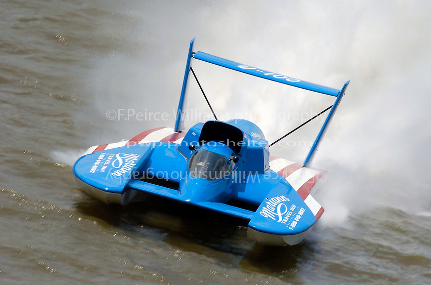 "U-100, heat 2B..Greg Hopp, U-100 ""Leland Unlimited""..2004 Madison Regatta, Madison, Indiana, July 4, 2004"